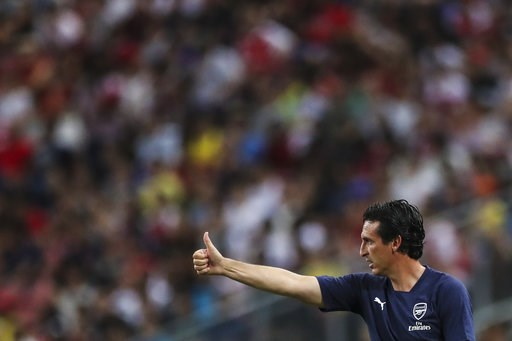 (AP Photo/Yong Teck Lim). Arsenal's manager Unai Emery gestures during the International Champions Cup match between Arsenal and Paris Saint-Germain in Singapore, Saturday, July 28, 2018.