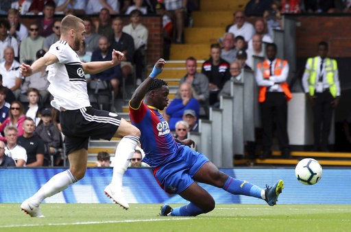 (Yui Mok/PA via AP). Crystal Palace's Jeffrey Schlupp, right, scores his side's first goal of the game against Fulham, during their English Premier League soccer match at Craven Cottage in London, Saturday Aug. 11, 2018.