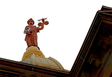 9-inch copter lands in arms of Ohio court statue