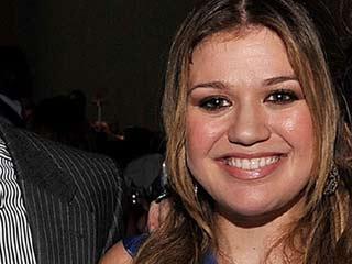 Blake Shelton to officiate Kelly Clarkson's wedding