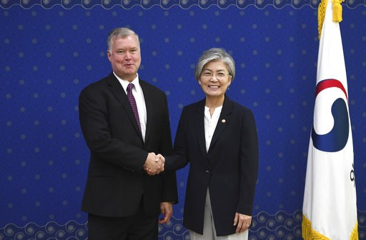 (Jung Yeon-je/Pool Photo via AP). South Korean Foreign Minister Kang Kyung-wha, right, shakes hands with U.S. special envoy for North Korea Stephen Biegun, left, during their meeting at the Foreign Ministry in Seoul Tuesday, Sept. 11, 2018.