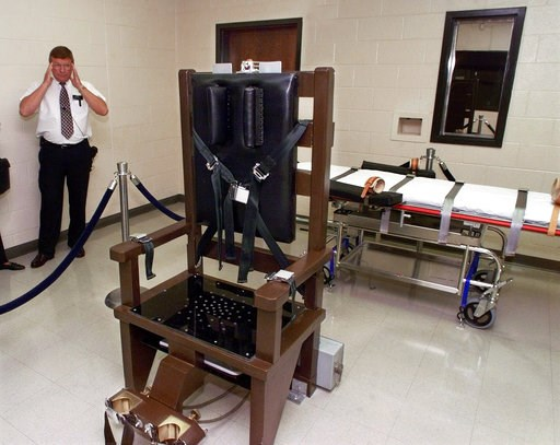 (AP Photo/Mark Humphrey, File). FILE - In this Oct. 13, 1999, file photo, Ricky Bell, then the warden at Riverbend Maximum Security Institution in Nashville, Tenn., gives a tour of the prison's execution chamber. Attorneys for Tennessee death row inmat...