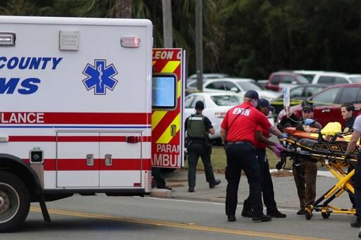 (Tori Schneider/Tallahassee Democrat via AP). Una persona herida es subida a una ambulancia para ser trasladada del lugar donde se registró un tiroteo en un centro de yoga, el viernes 2 de noviembre de 2018, en Tallahassee, Florida.