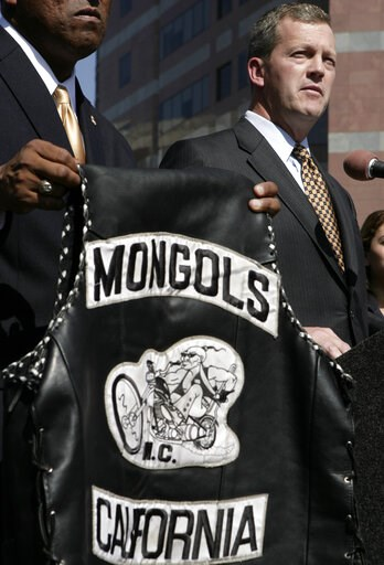 (AP Photo/Ric Francis, File). FILE - In this Tuesday, Oct. 21, 2008 file photo, U.S. Attorney Thomas P. O'Brien, right, speaks during a news conference in Los Angeles about the arrest of several Mongol motorcycle gang members in six states as a vest wi...