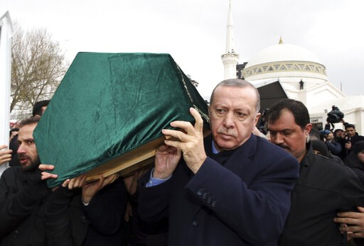 (Presidential Press Service via AP, Pool). Turkey's President Recep Tayyip Erdogan, center, carries a coffin as he joins hundreds of mourners who attend the funeral prayers for nine members of Alemdar family killed in a collapsed apartment building, in...