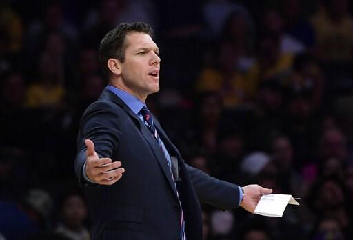(AP Foto/Mark J. Terrill). El entrenador de los Lakers de Los Ángeles Luke Walton durante un partido ante los Trail Blazers de Portland, el martes 9 de abril de 2019.