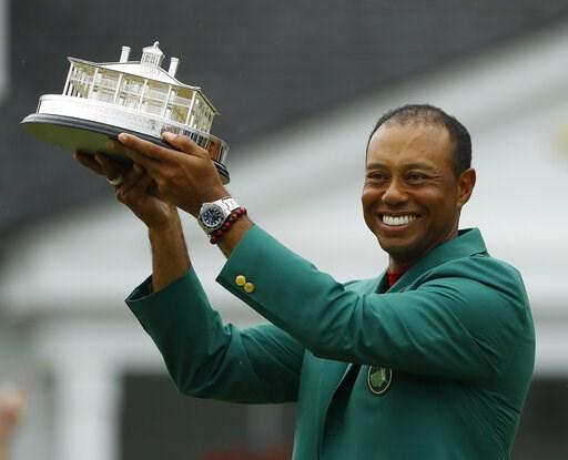 (AP Foto/Matt Slocum). Tiger Woods viste su chaqueta verde mientras sostiene el trofeo de campeón tras la última ronda del Masters de golf, el domingo 14 de abril de 2019, en Augusta, Georgia.