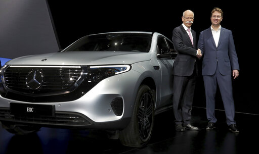 (AP Photo/Michael Sohn). Daimler CEO Dieter Zetsche, left, and incoming Daimler CEO Ola Kaellenius, right, pose prior to the annual shareholder meeting of the car manufacturer Daimler in Berlin, Germany, Wednesday, May 22, 2019.